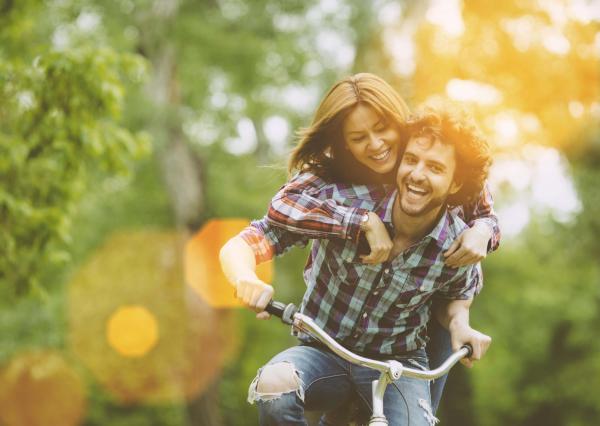 Couple souriant à vélo